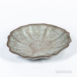 Crackle-glazed Guan-type Celadon Dish