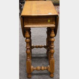 William and Mary Style Oak Drop-leaf Gate-leg Table.