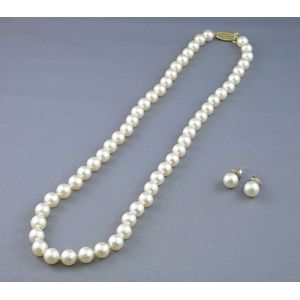 Single Strand Pearl Necklace and a Pair of Earstuds.